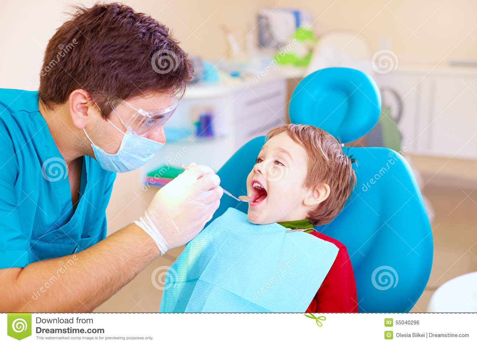 Klein jong geitje, geduldige bezoekende specialist in tandkliniek