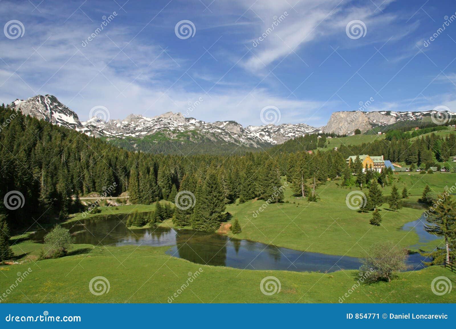 Klein meer bij de berg