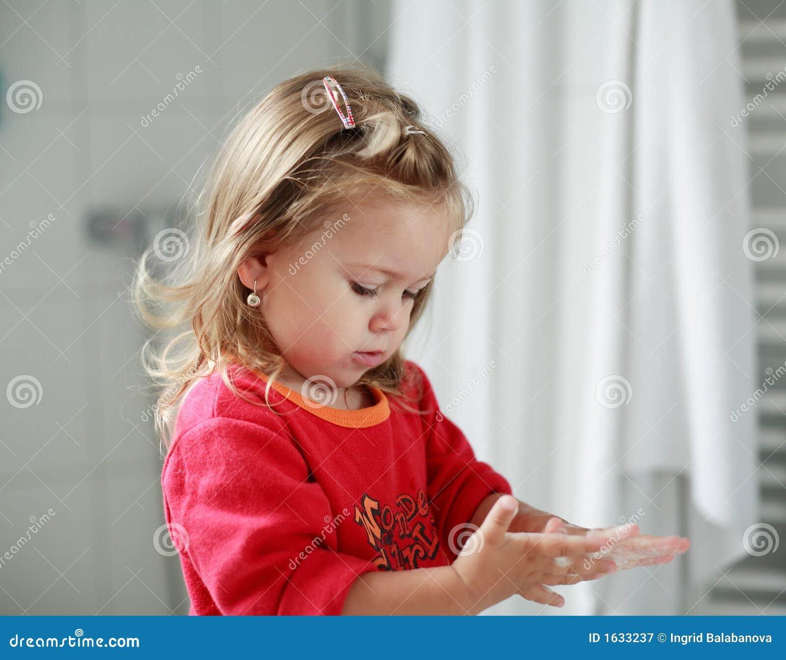 Klein meisje dat haar handen wast royalty vrije stock fotografie beeld 1633237 - Klein meisje idee ...