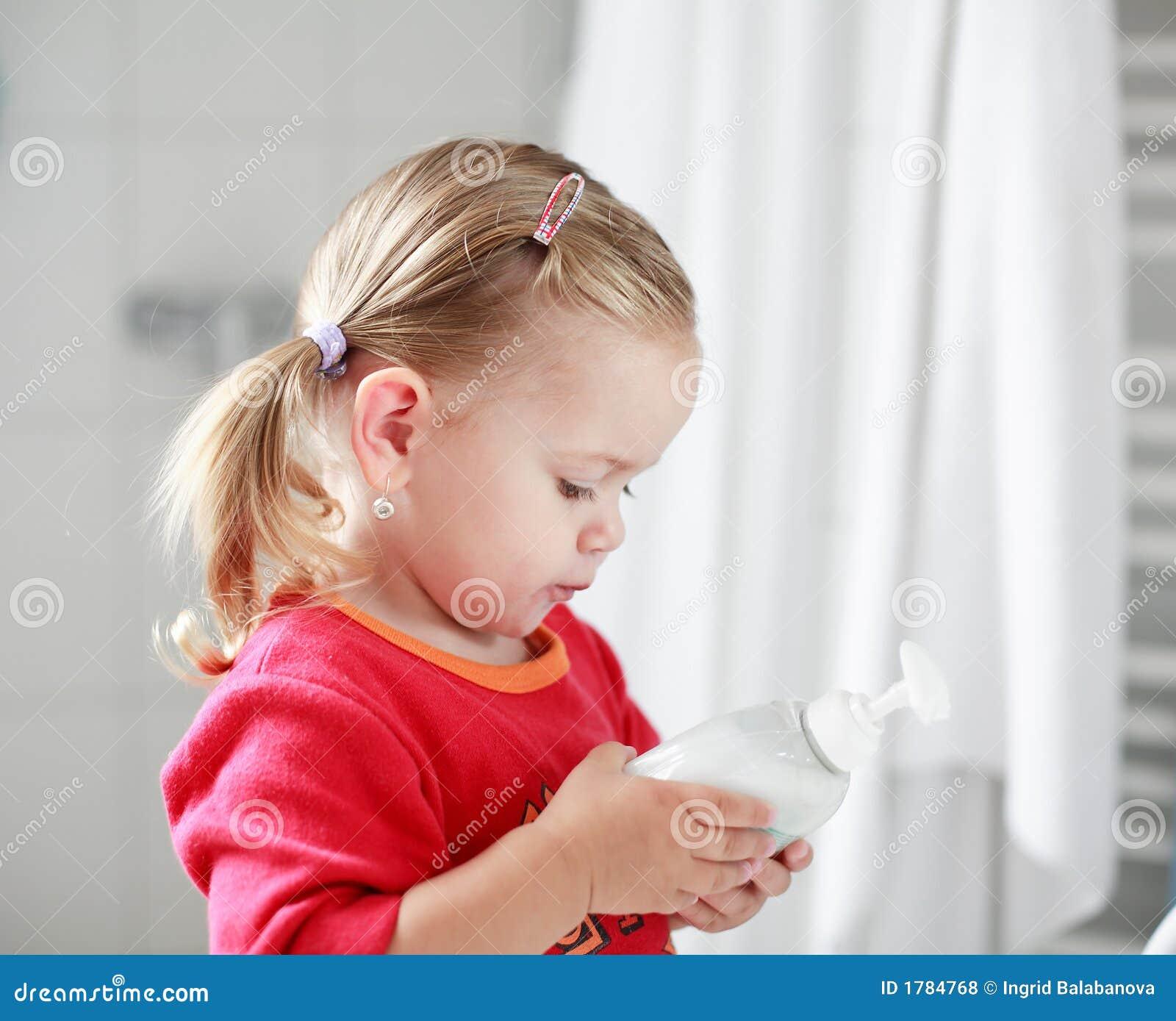 Klein meisje dat haar handen wast royalty vrije stock foto 39 s afbeelding 1784768 - Kleurenkamer klein meisje ...