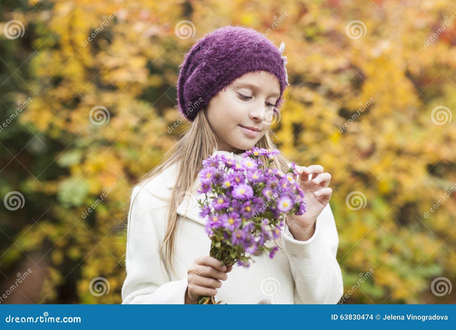 Klein meisje met bloemen stock foto afbeelding 63830474 - Foto slaapkamer klein meisje ...