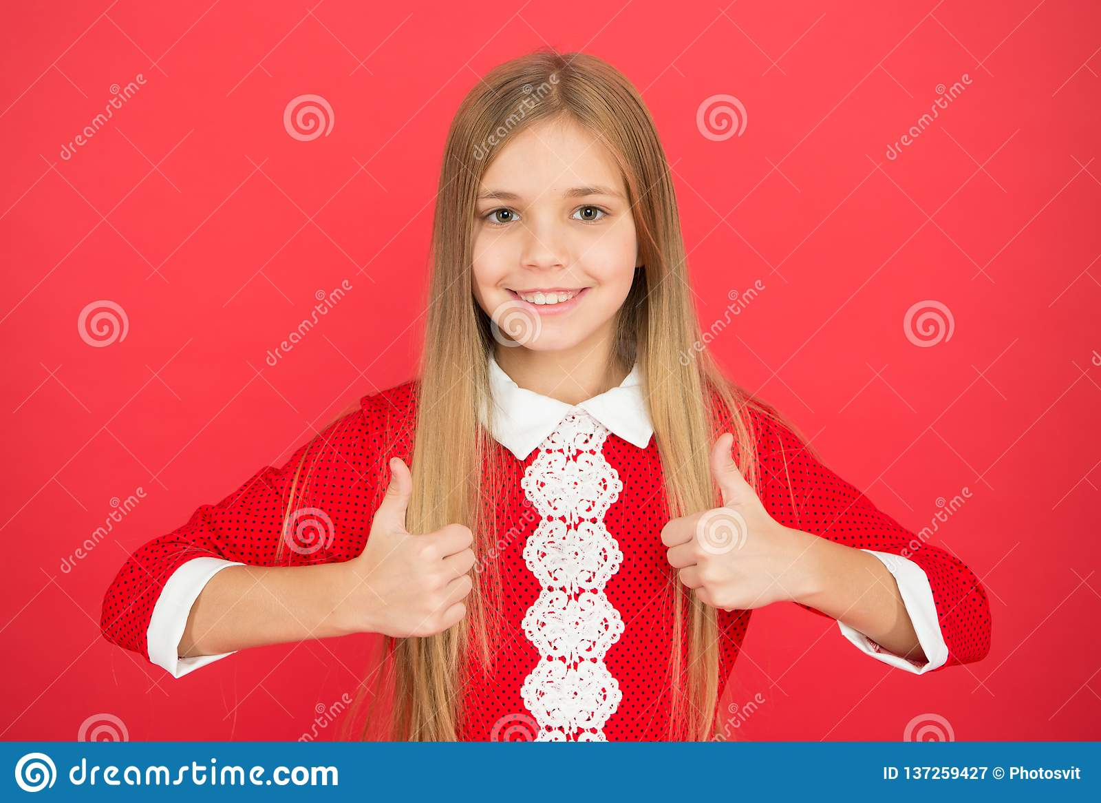 Klein meisjeskind Schoolonderwijs gelukkig meisje op rode achtergrond Familie en liefde De Dag van kinderen Kinderjaren