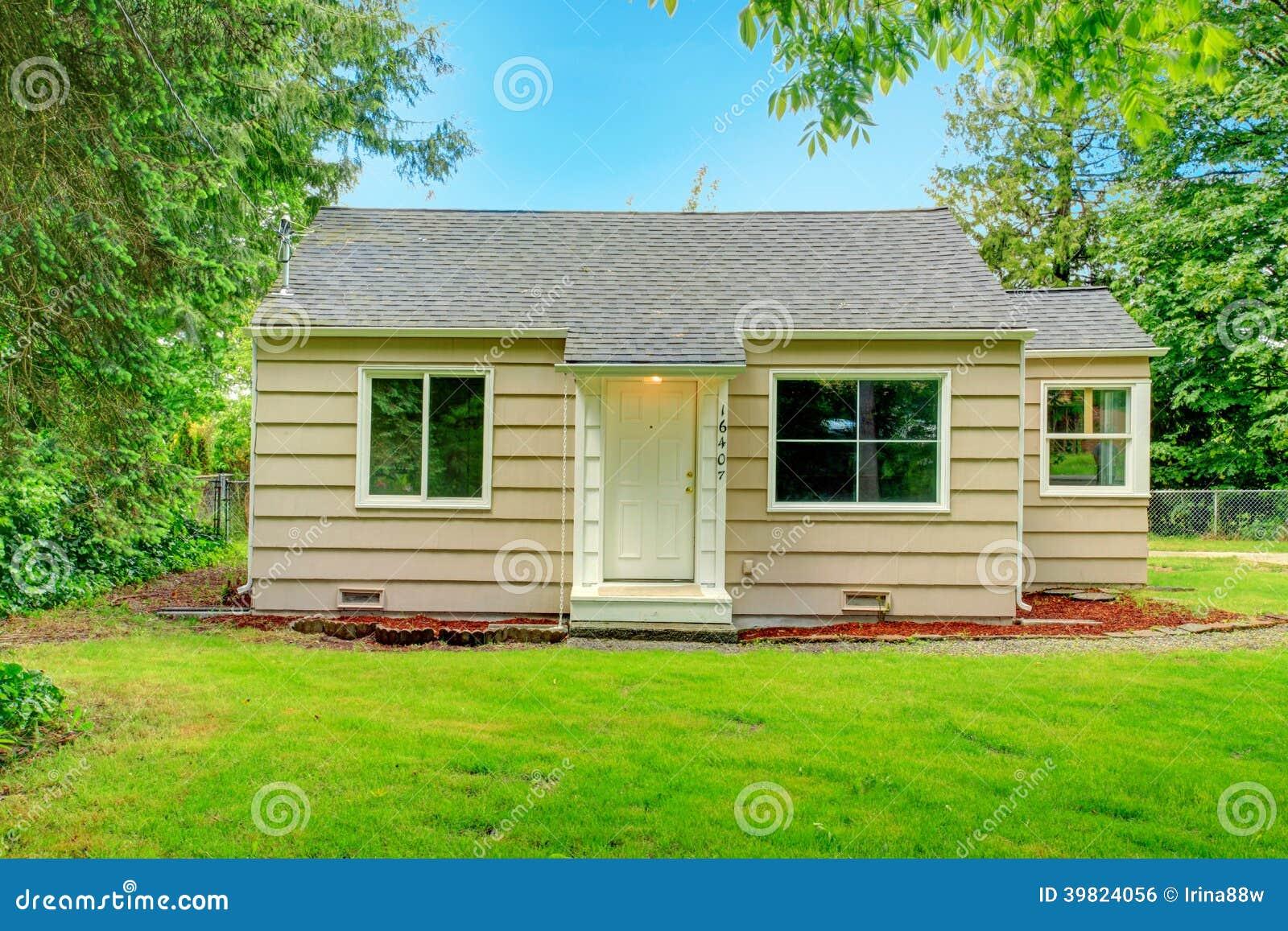 Klein oud huis stock foto afbeelding bestaande uit summer 39824056 - Lay outs oud huis ...