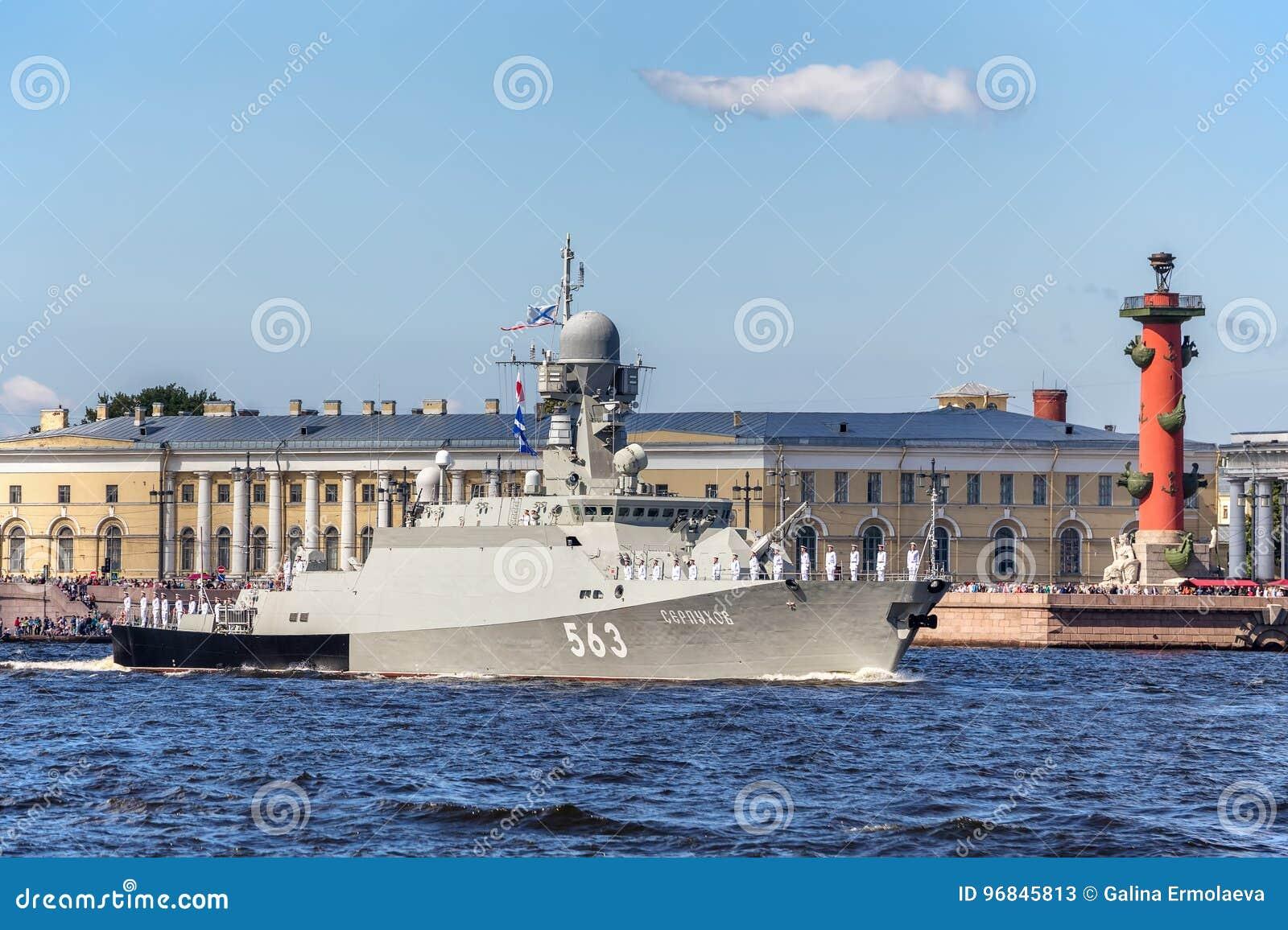 Klein raketschip Serpukhov bij de repetitie van de zeeparade op de dag van de Russische Vloot in St. Petersburg