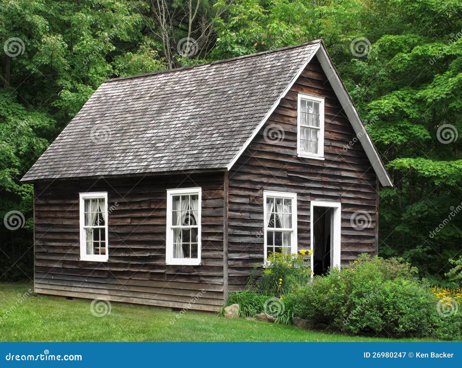 Klein rustiek houten huis in bomen stock afbeelding afbeelding 26980247 for Hout huis