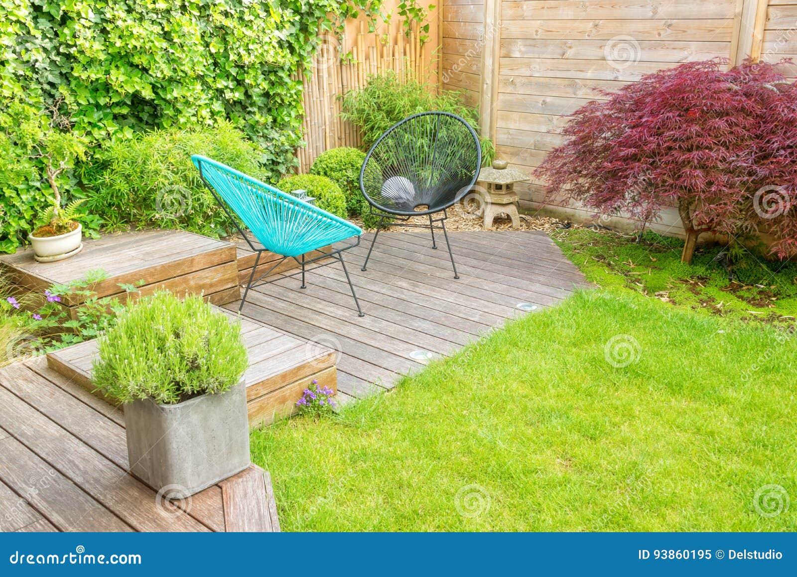 Klein terras in een eigentijdse stedelijke tuin stock afbeelding