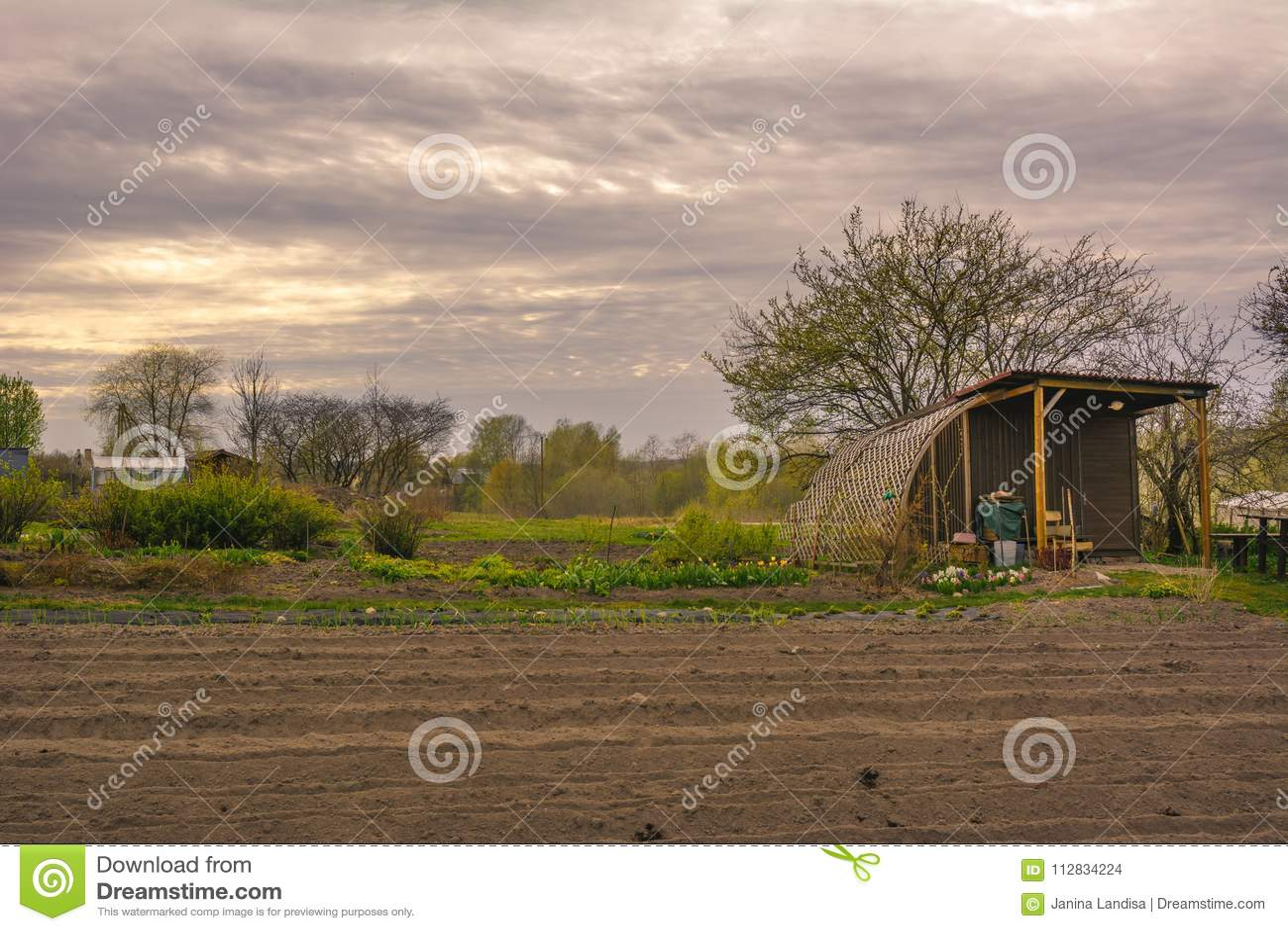 Klein tuinhuis in een tuin met voorrijen in de lente nanometer