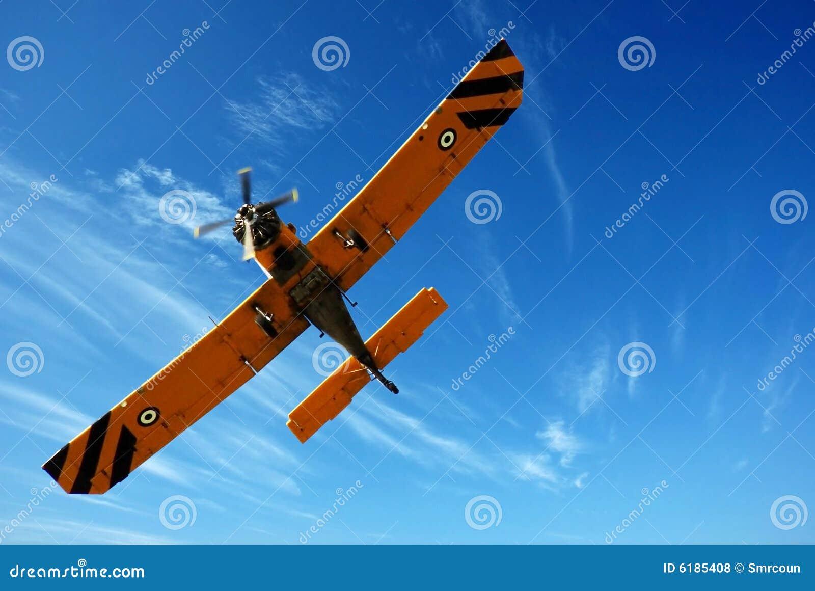 Klein vliegtuig in blauwe hemel