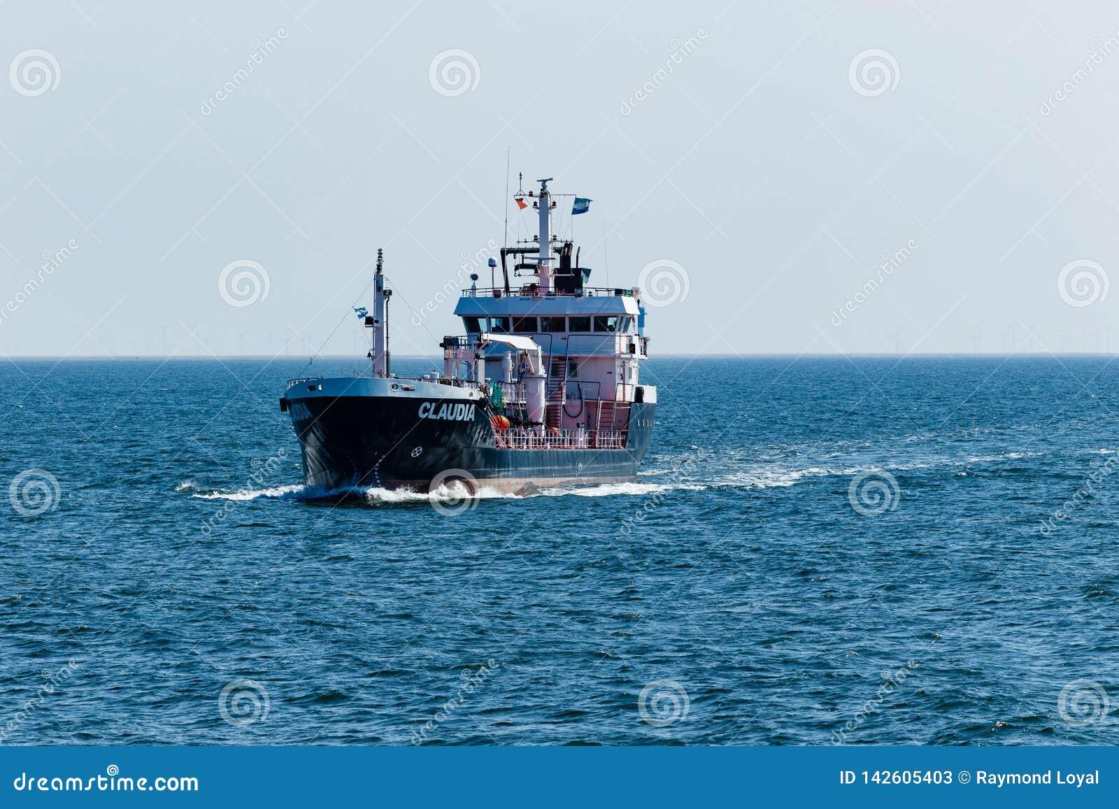Klein vrachtschip die uit de haven van Cuxhaven varen