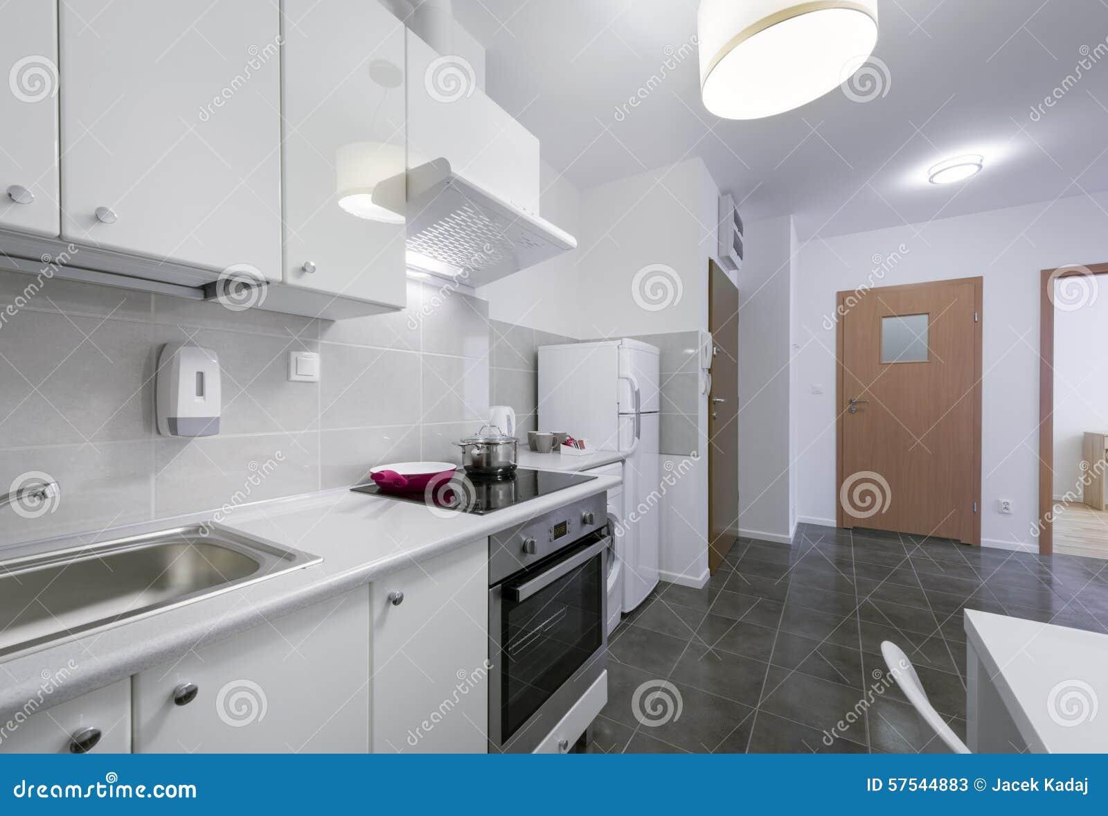 Klein, wit modern keuken binnenlands ontwerp stock foto ...