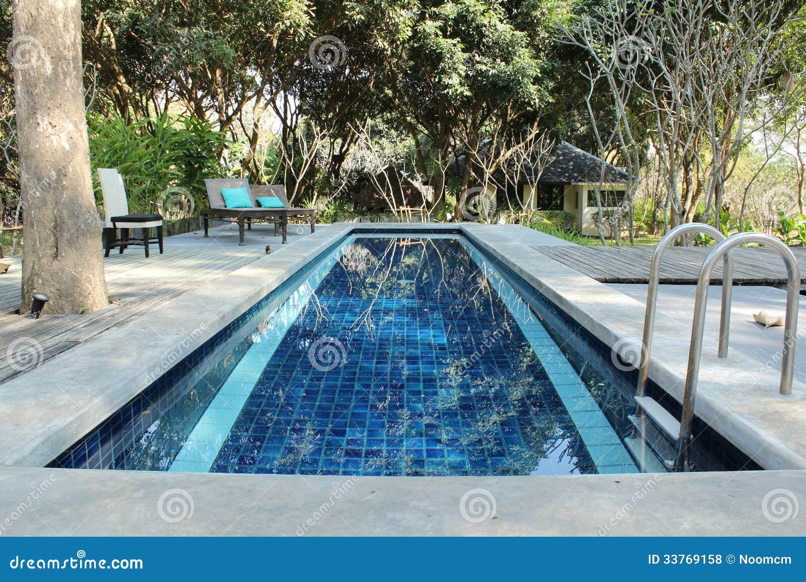 Klein zwembad stock foto afbeelding bestaande uit rand for Klein zwembad