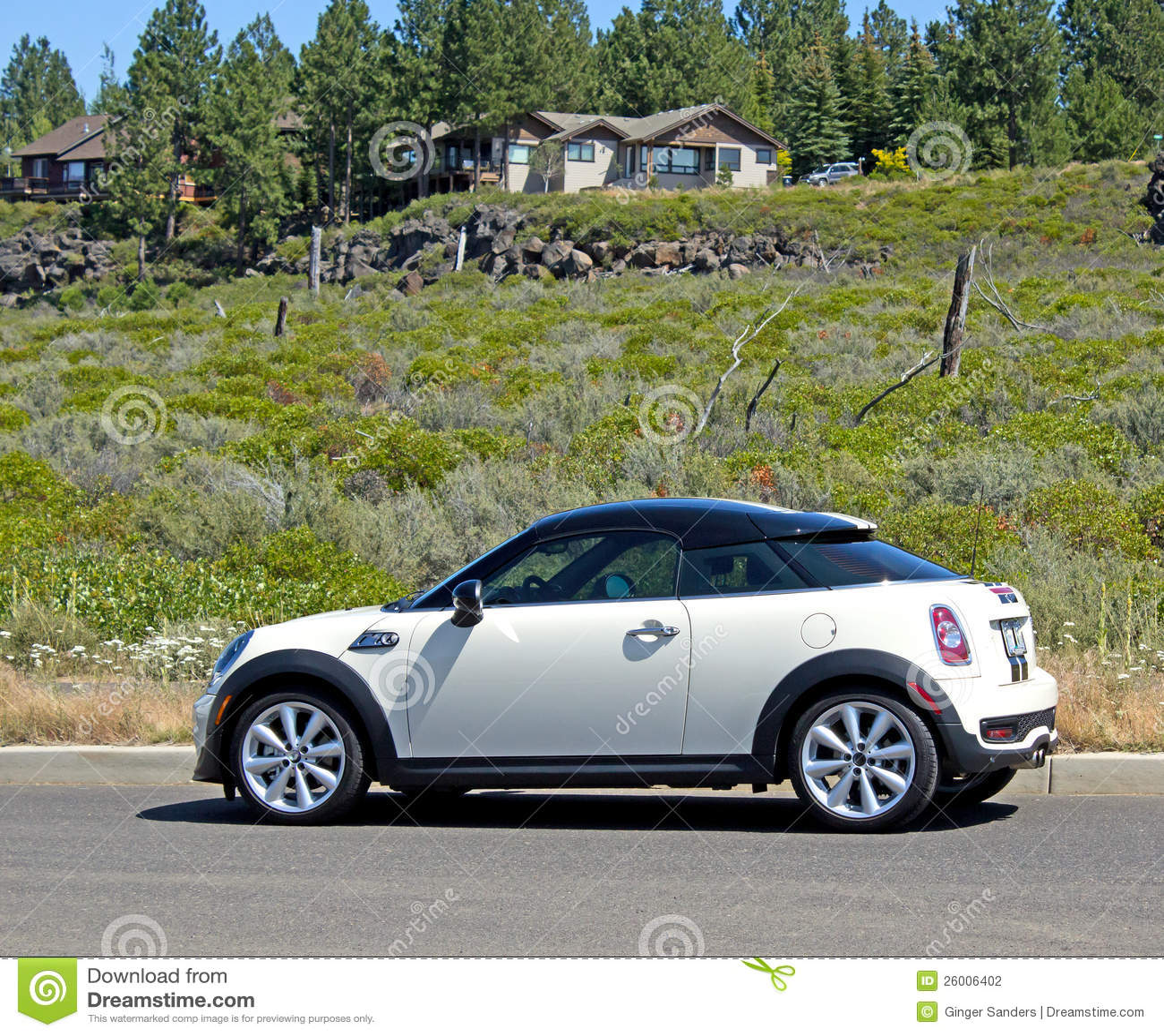 kleine auto die in de buurt van de luxe wordt geparkeerd stock foto afbeelding 26006402. Black Bedroom Furniture Sets. Home Design Ideas