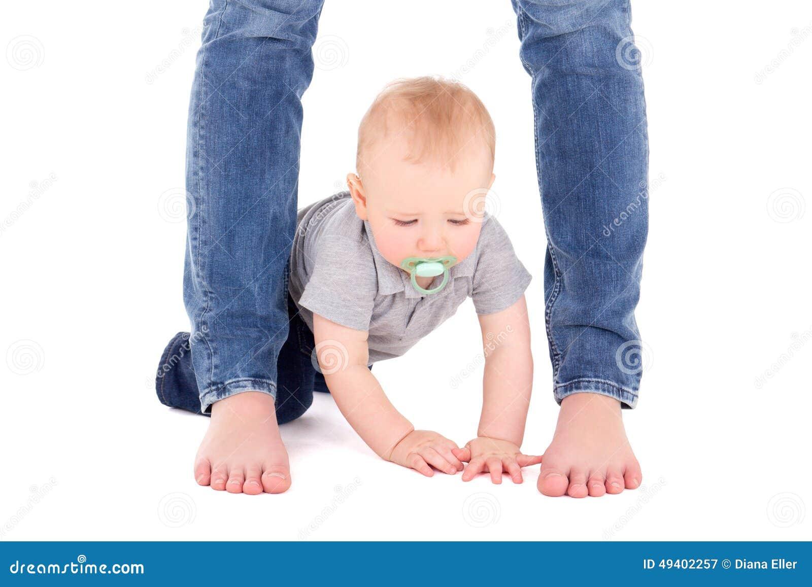Download Kleine Babykleinkind- Und -Mutterbeine Lokalisiert Auf Weiß Stockbild - Bild von obacht, adorable: 49402257