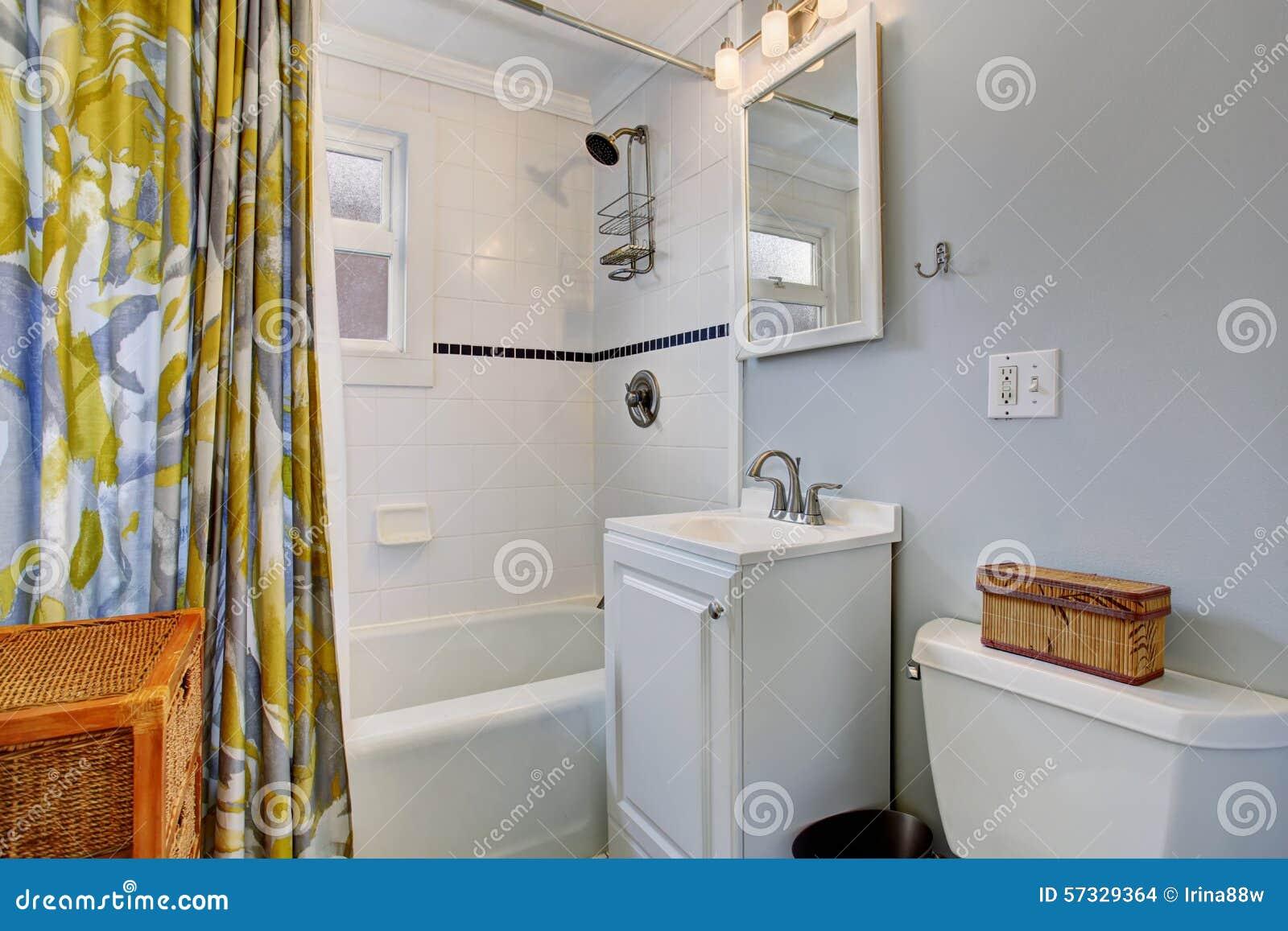 Kleine Badkamers Met Blauwe Muren, En Kleurrijk Douchegordijn Stock ...