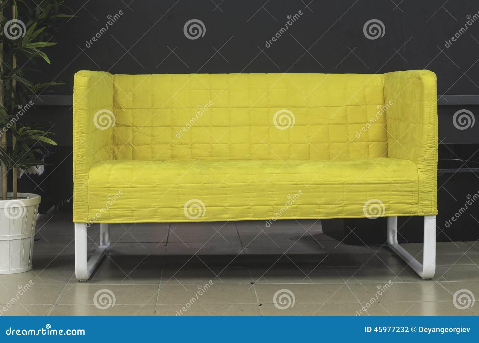 kleine bank stock foto afbeelding bestaande uit geel. Black Bedroom Furniture Sets. Home Design Ideas