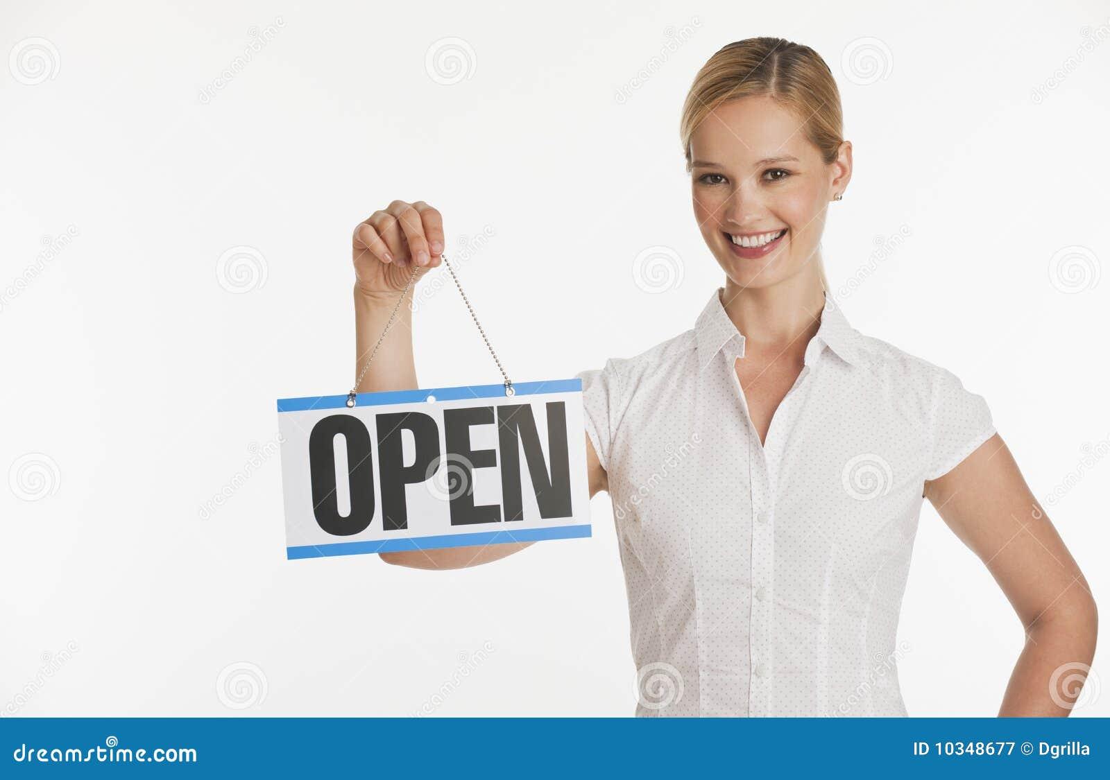 Kleine bedrijfseigenaar die Open teken steunt