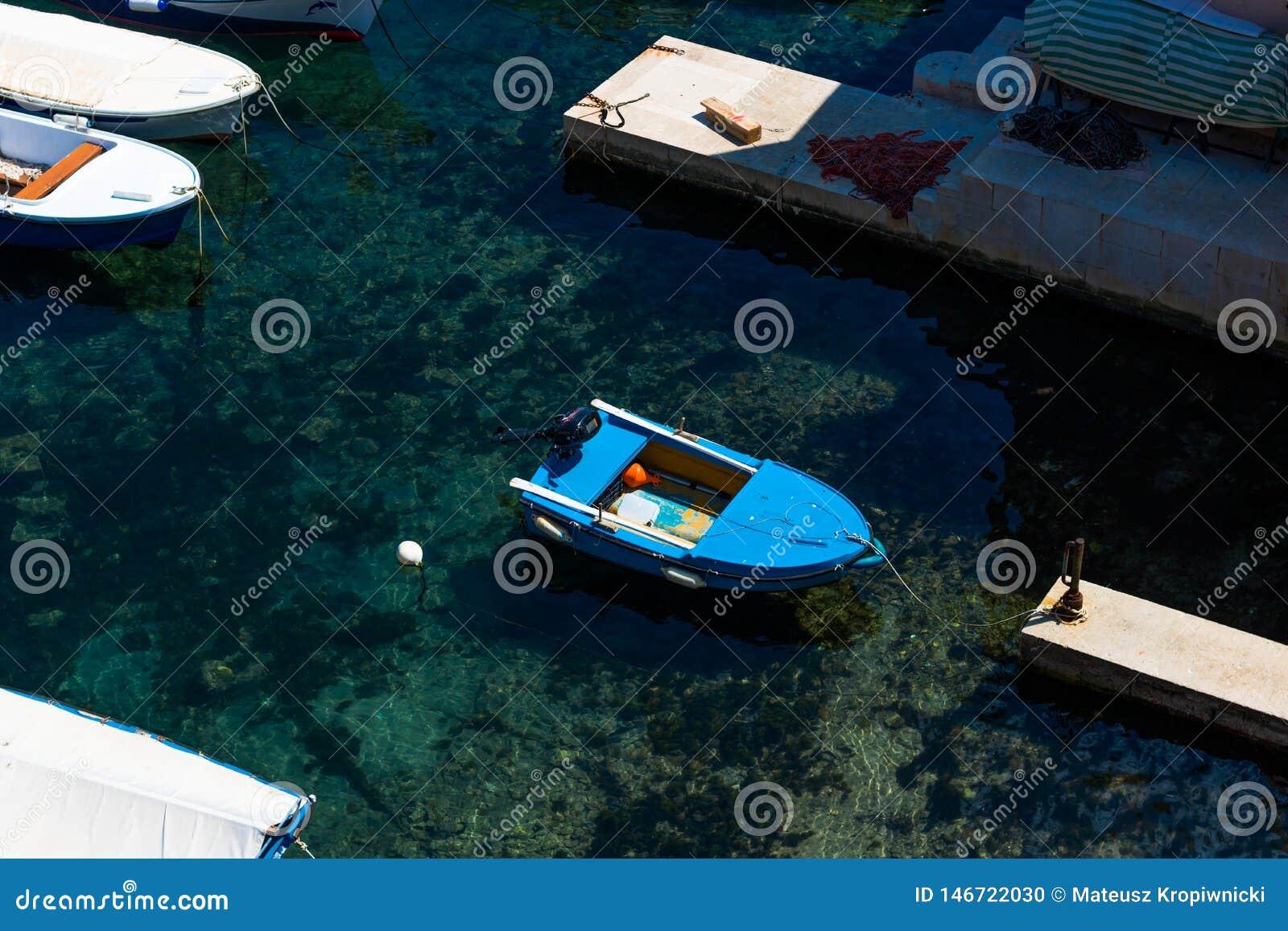 Kleine blauwe die boot in een jachthaven in Dubrovnik wordt vastgelegd