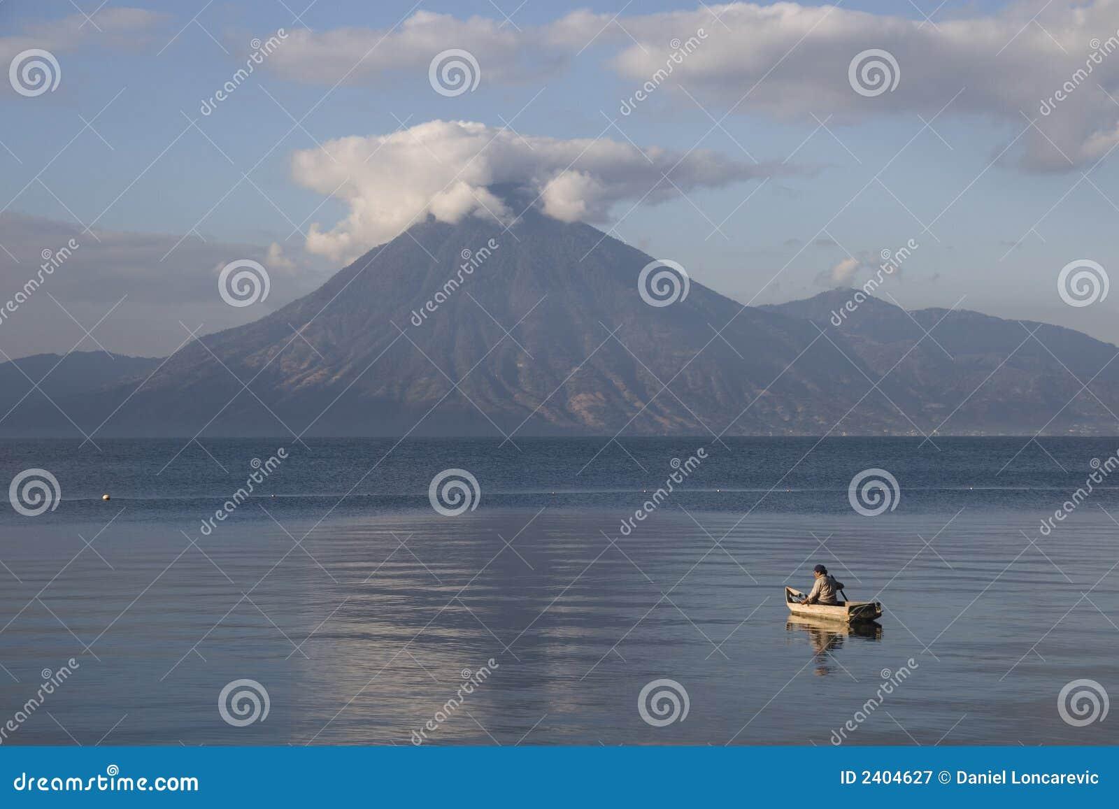 Kleine boot bij het meer