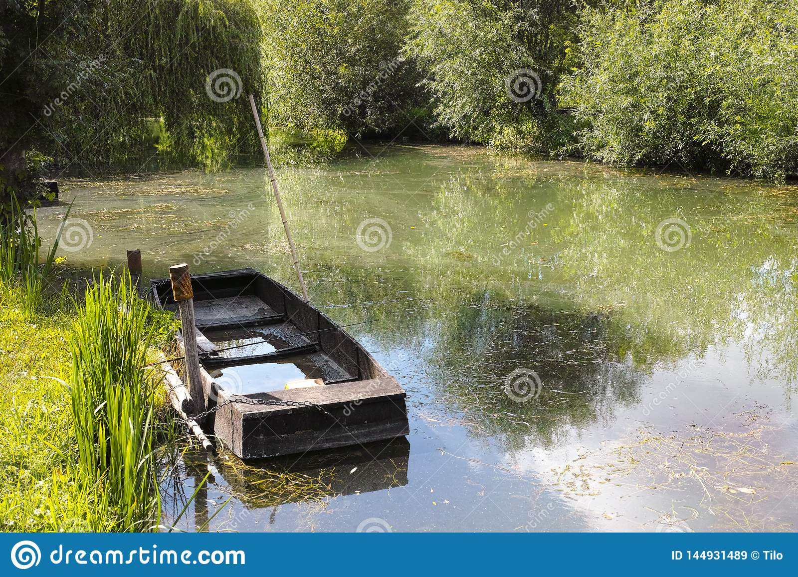 Kleine boot in moerassen in Bourges
