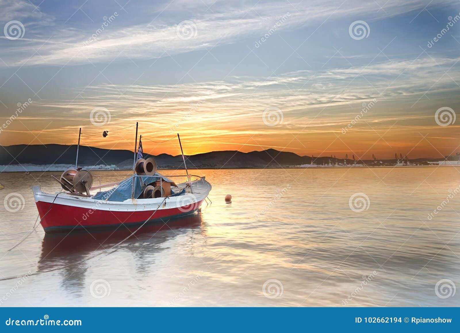 Kleine boot op een overzees bij zonsondergang