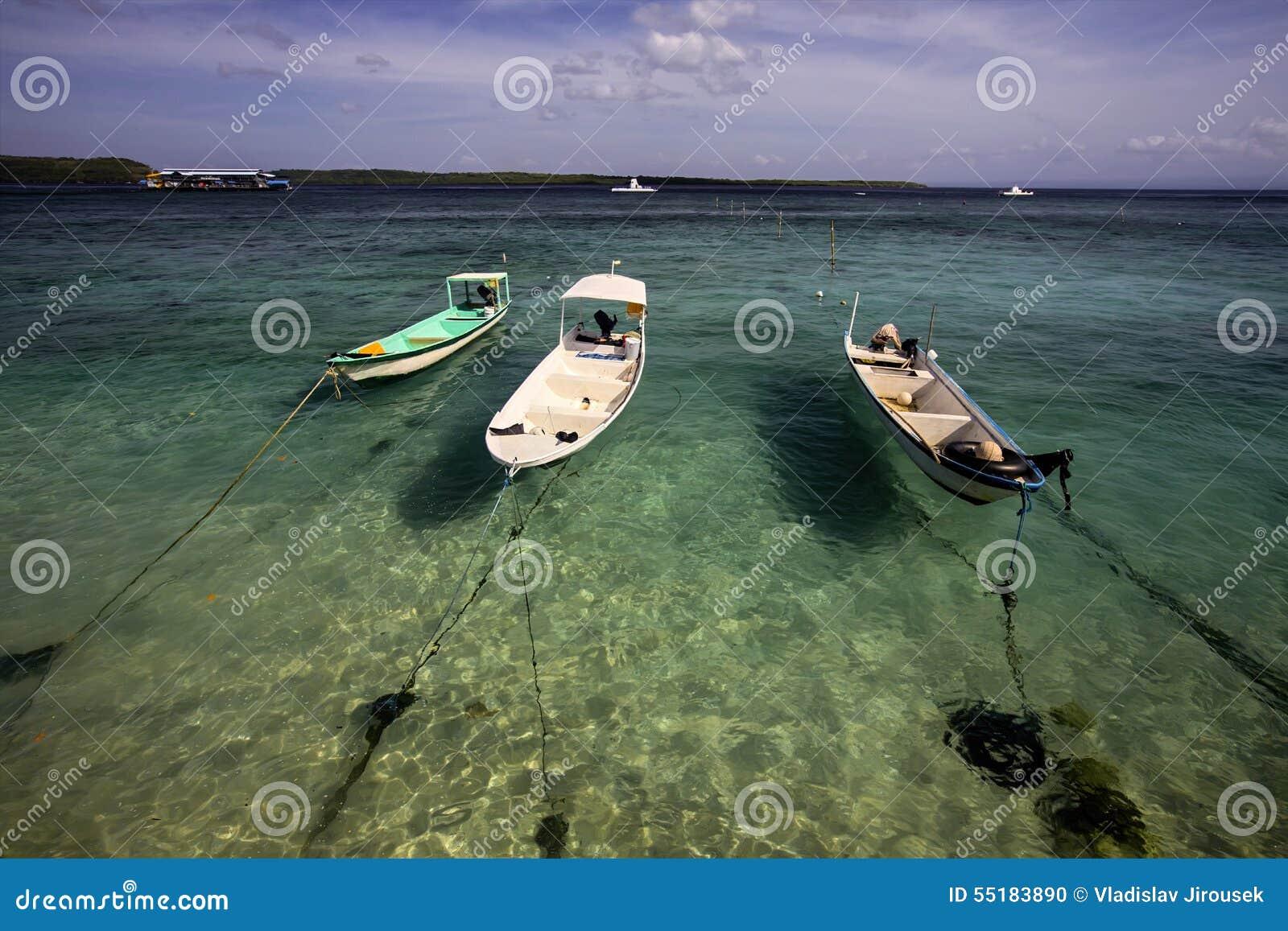 Kleine Boote oben gebunden am Strand, Nusa Penida, Indonesien