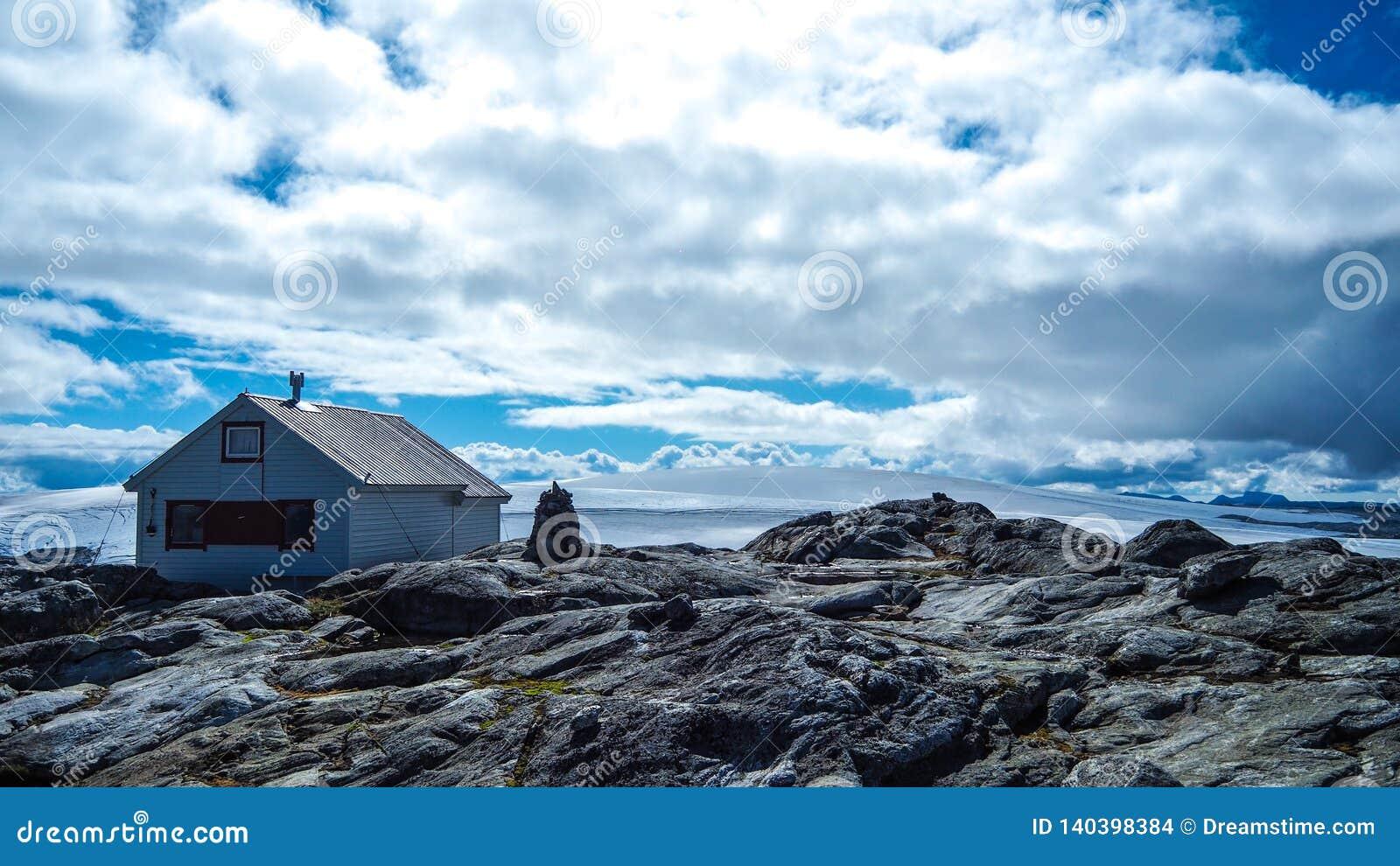 Kleine cabine bij de bovenkant van Folgefona-Gletsjer in Noorwegen