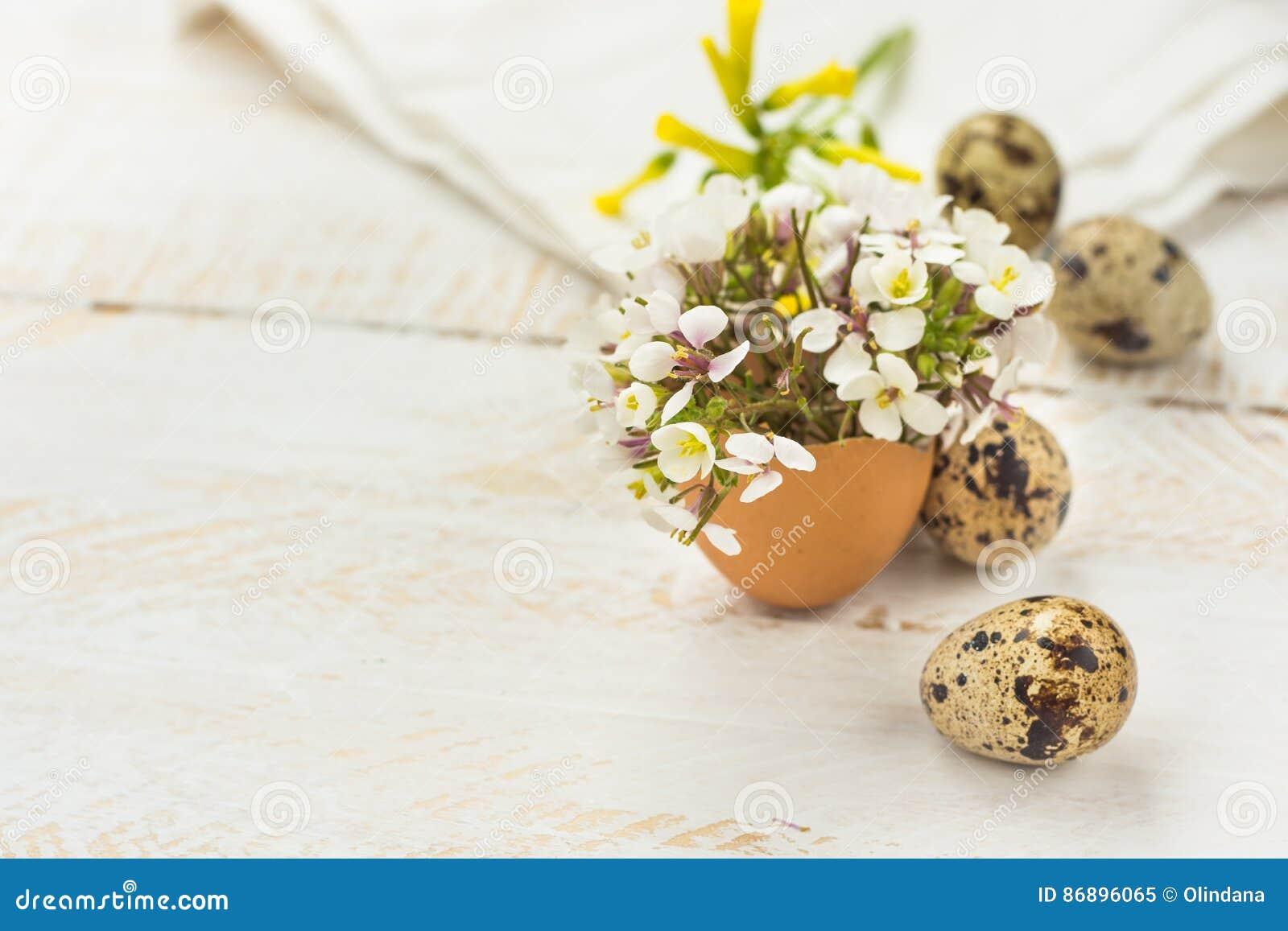 Kleine de lente gele witte bloemen in eierschaal kwartelseieren houten achtergrond pasen - Foto decoratie ...