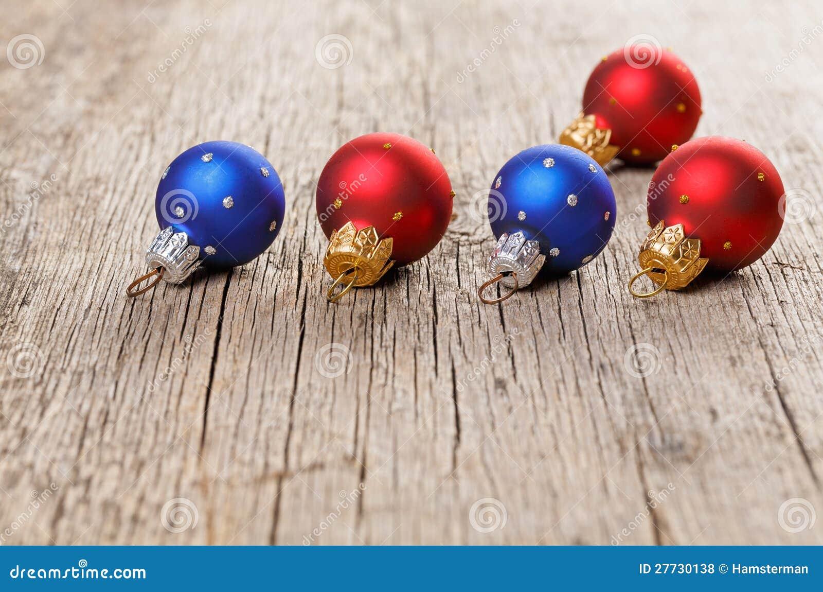 Kleine Dekorationskugeln des neuen Jahres auf altem Holz
