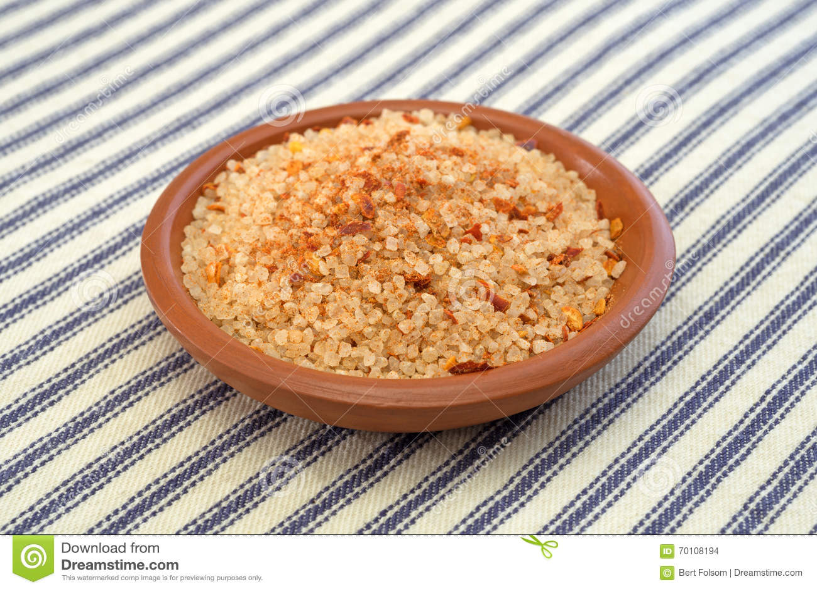 Kleine die schotel met zoute, rode Spaanse peperpeper en paprika wordt gevuld