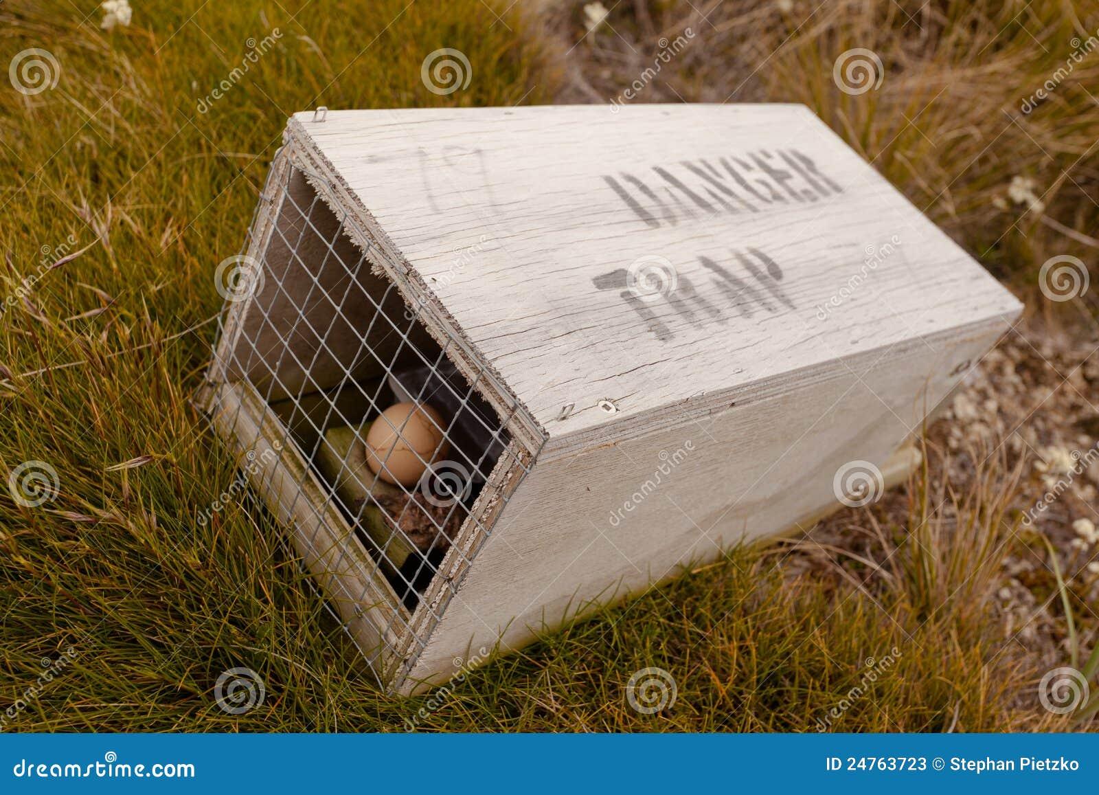 Kleine dierlijke val met geschreven waarschuwing voor mensen