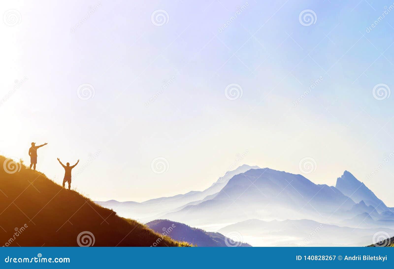 Kleine dunkle Schattenbilder von touristischen Reisenden auf steilem Berghang bei Sonnenaufgang auf dem Kopienraumhintergrund des