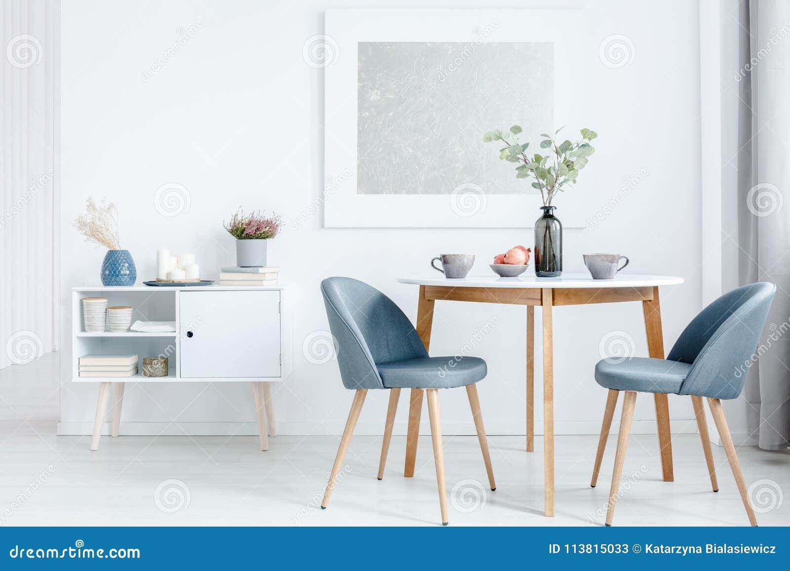 Kleine Keukentafel Met 2 Stoelen.Kleine Eettafel Met Stoelen Stock Afbeelding Afbeelding Bestaande