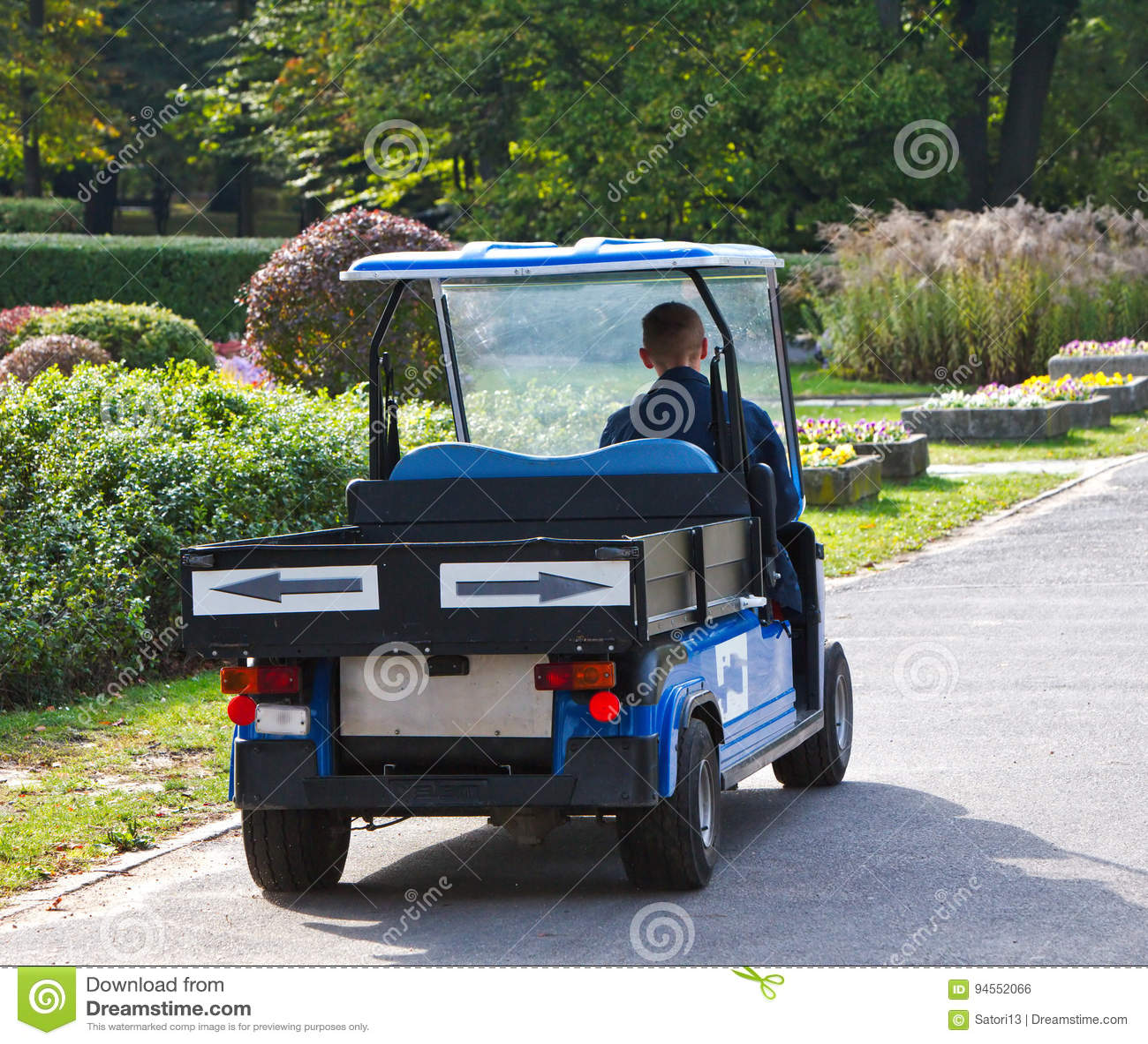 Kleine Elektrische Auto In De Mooie Tuin Redactionele Foto