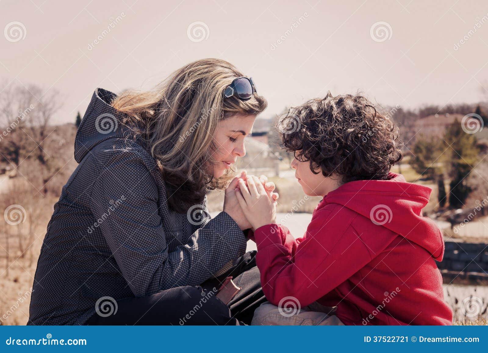 Kleine Familie die in openlucht bidden