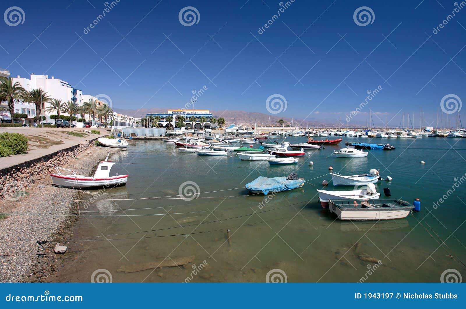 Kleine Fischerboote und Yachten verankerten Roquets Del Mar im Kanal oder