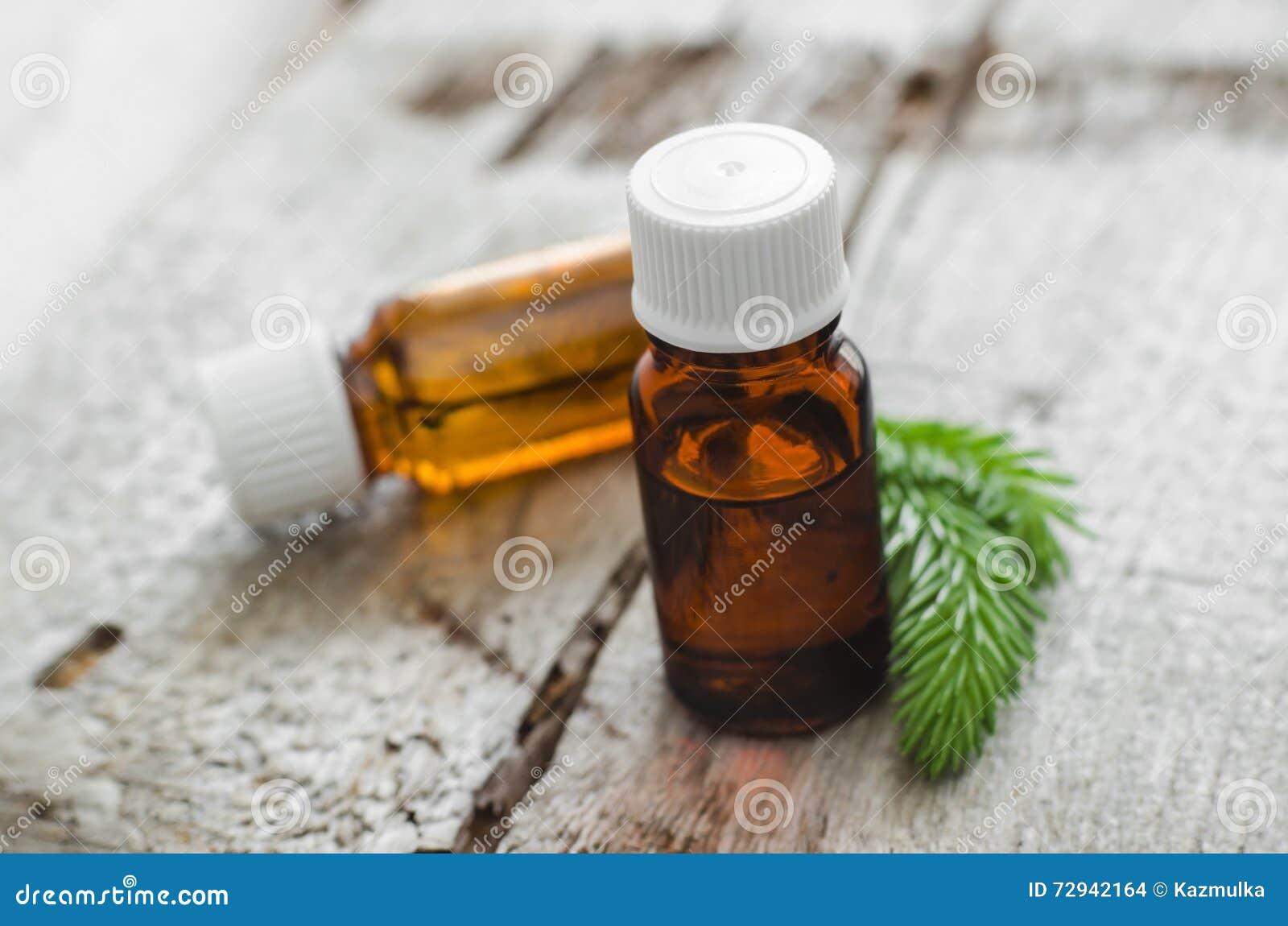 Kleine flessen essentiële nette (spar) olie