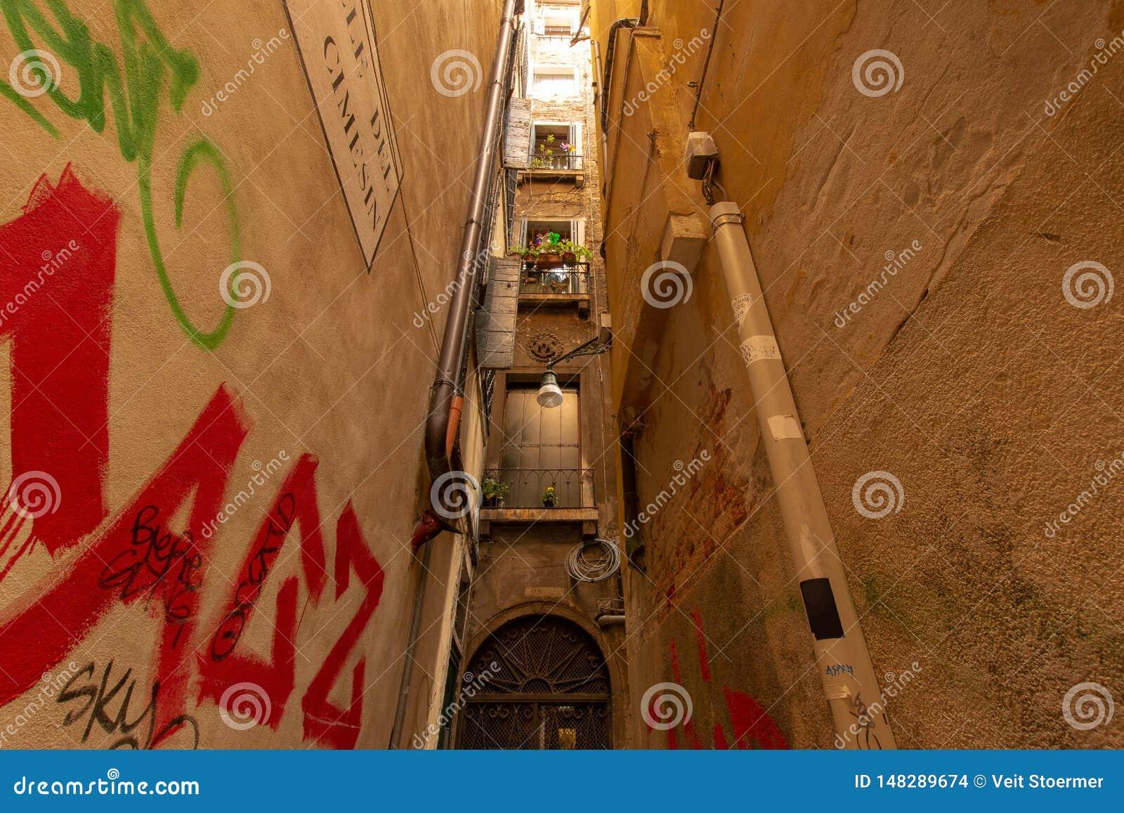 Kleine Gasse in Venedig