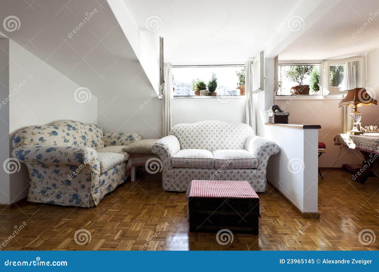 Woonkamer Op Zolder : Kleine geleverde zolder woonkamer stock afbeelding afbeelding