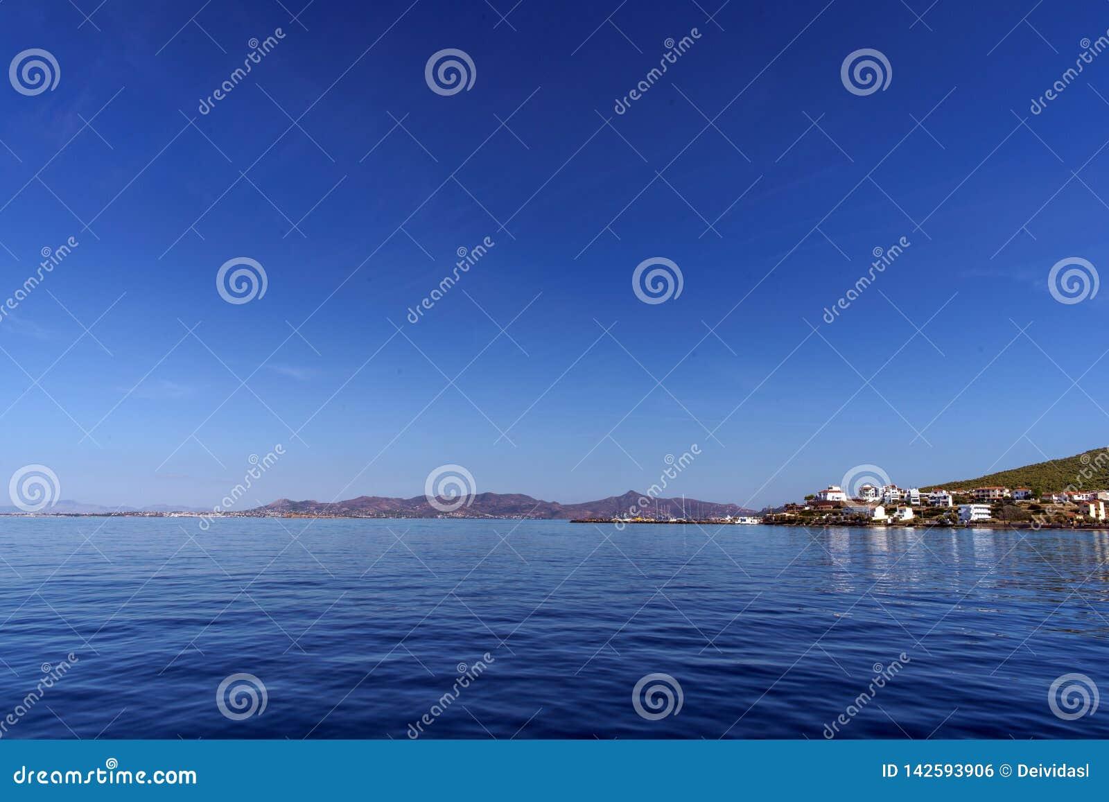 Kleine Griekse stad op een kustlijn