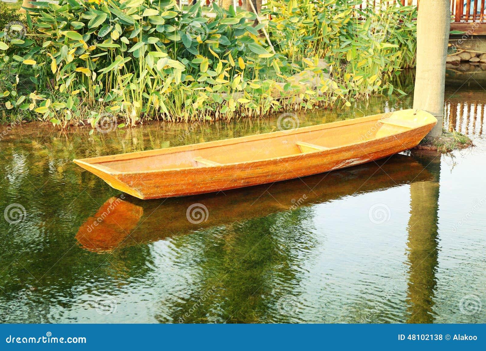 Kleine houten boot op vijver