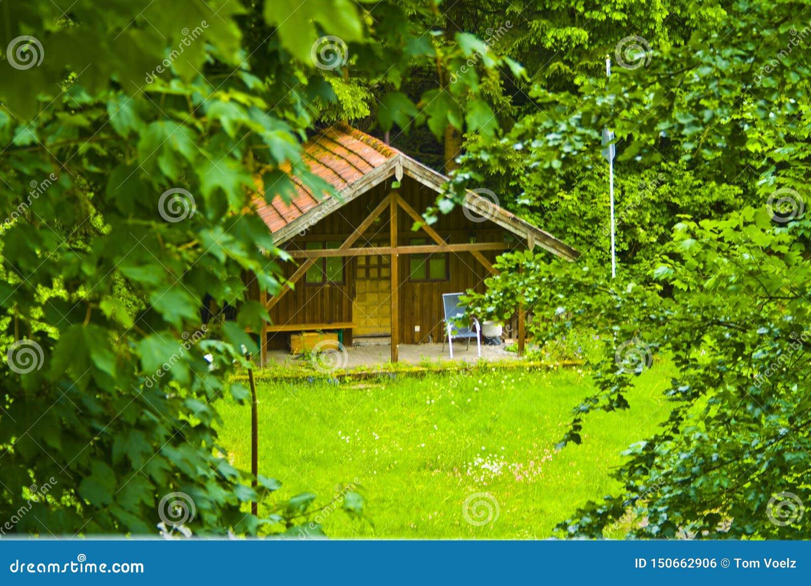 Kleine idyllische hölzerne Hütte im Wald von Bayern, Deutschland