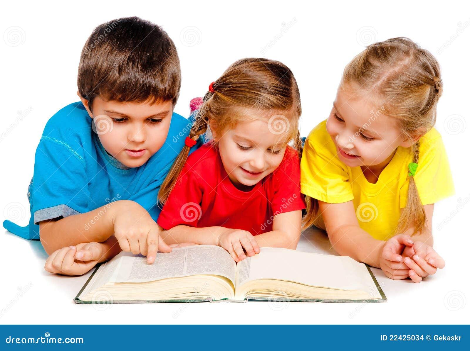 Kleine jonge geitjes met een boek