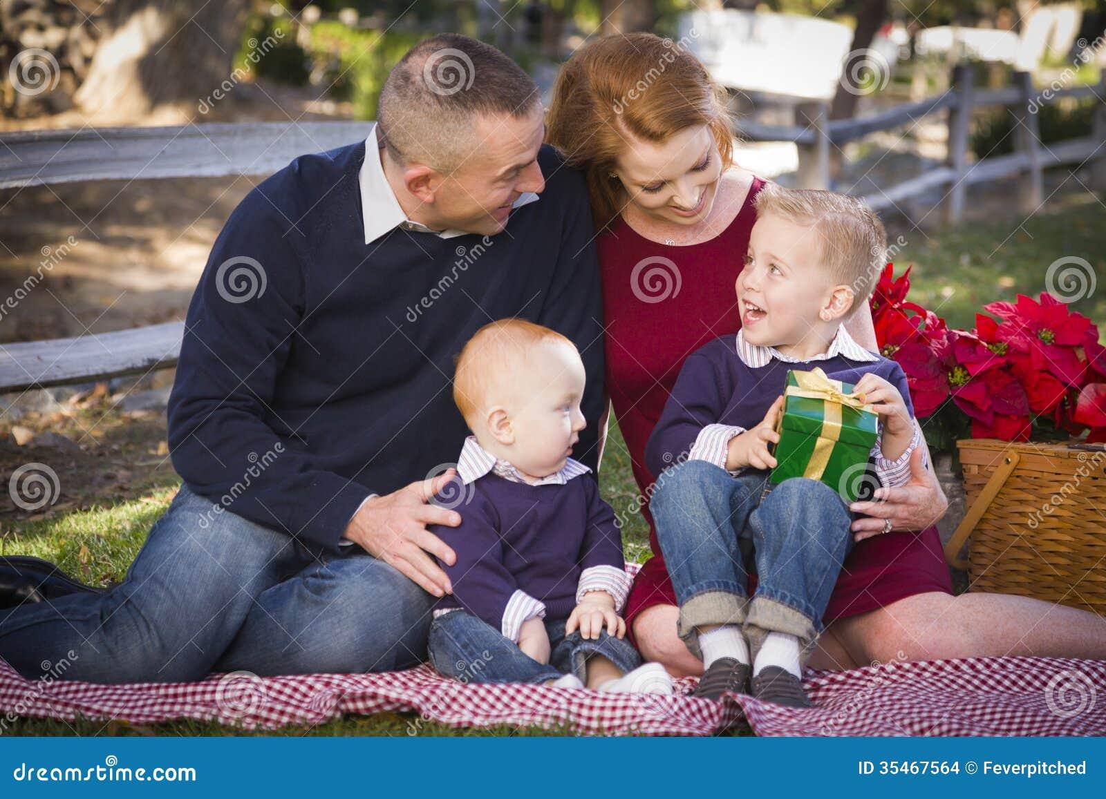 Kleine Junge Familien-Öffnungs-Weihnachtsgeschenke Im Park Stockfoto ...