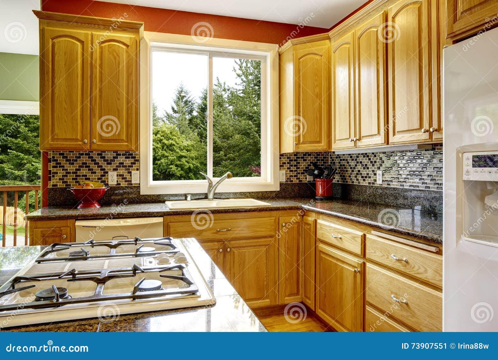 Kleine Küche Mit Insel, Gegenspitze Des Dunklen Granits Stockbild ...