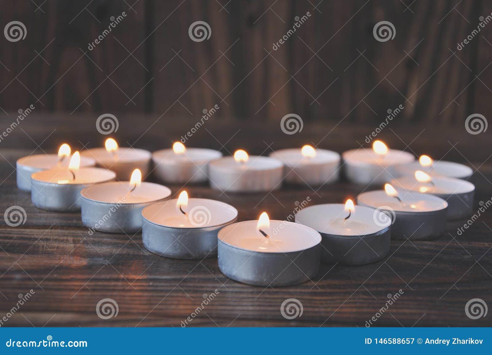 Kleine kaarsen - pillentribune op een houten lijst