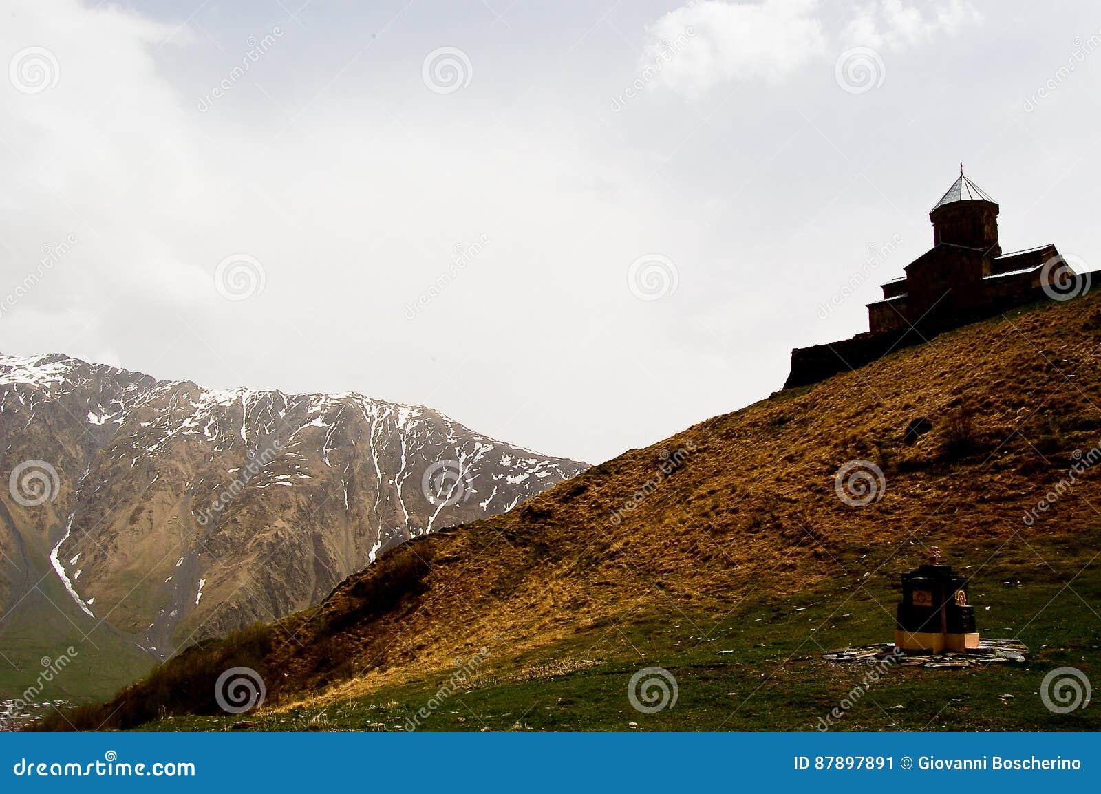 Kleine kerk in de bergen van de meningen van de Kaukasus van Giorgia