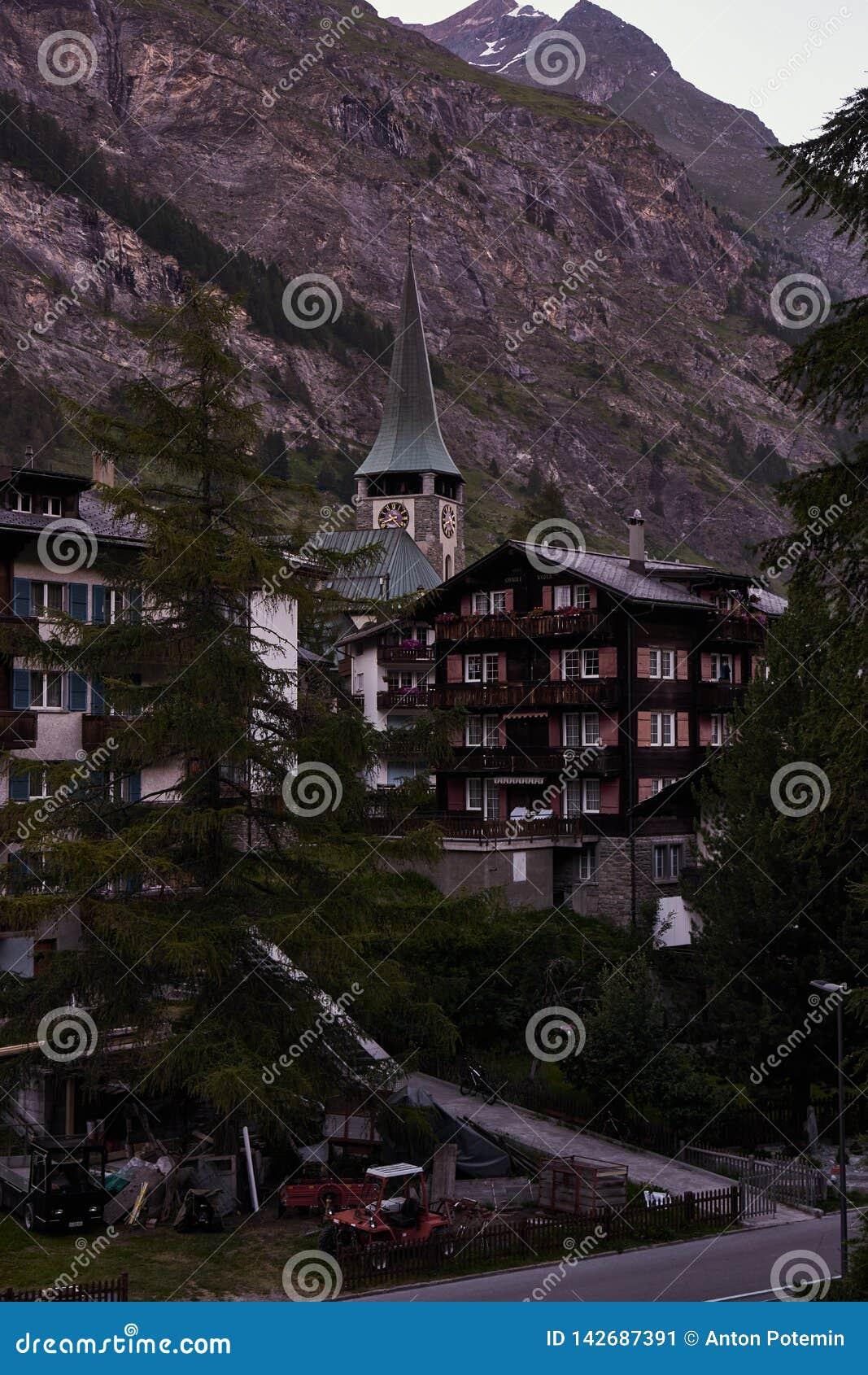 Kleine kerk in Zermatt en alpien huis