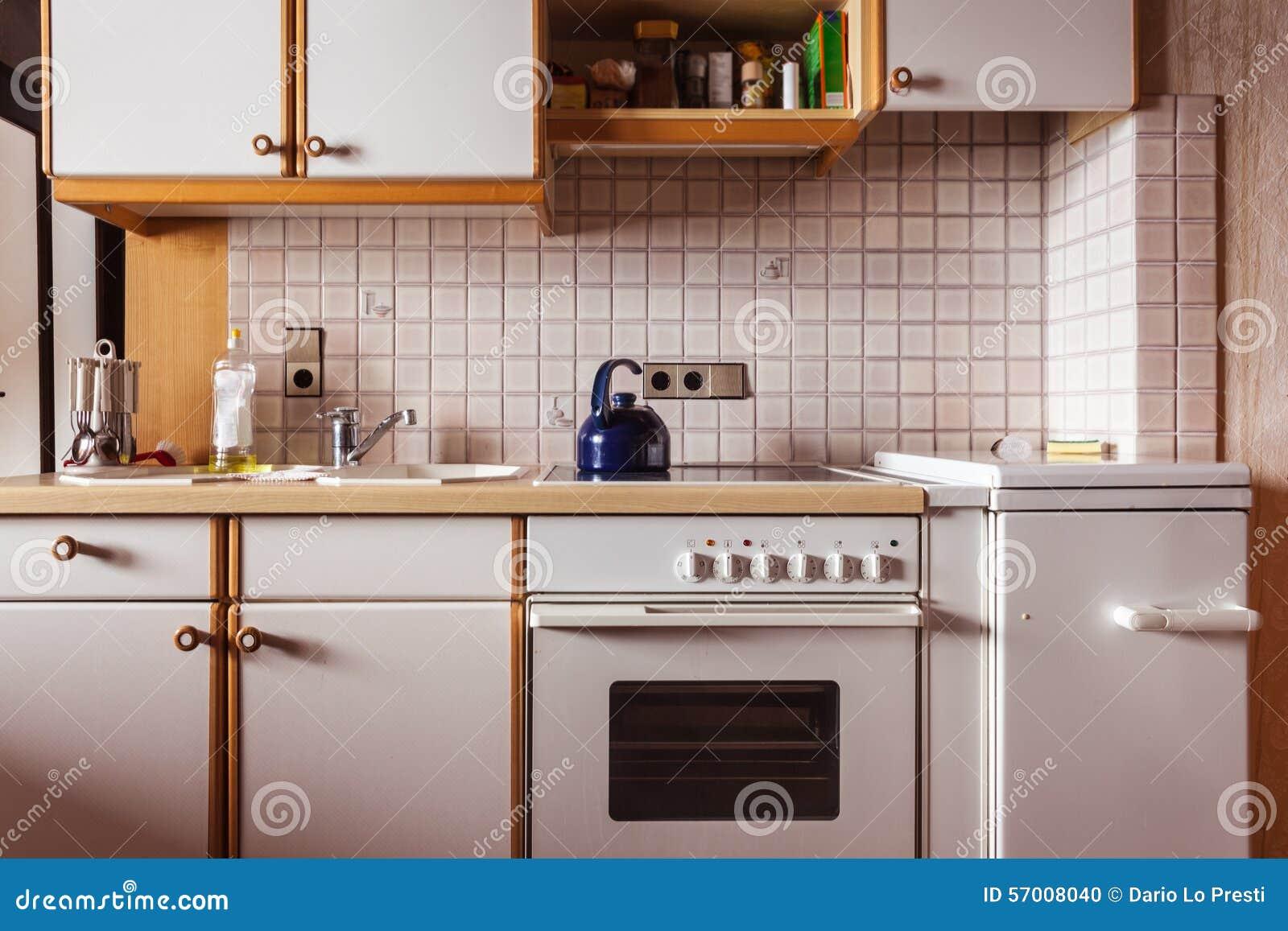 Kleine keuken stock foto afbeelding 57008040 - Keuken oud land ...