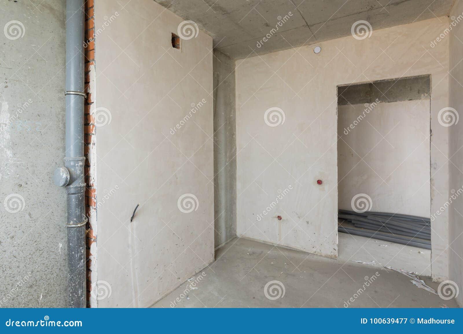 Kleine keuken in de nieuwe bouw naakte concrete en gepleisterde