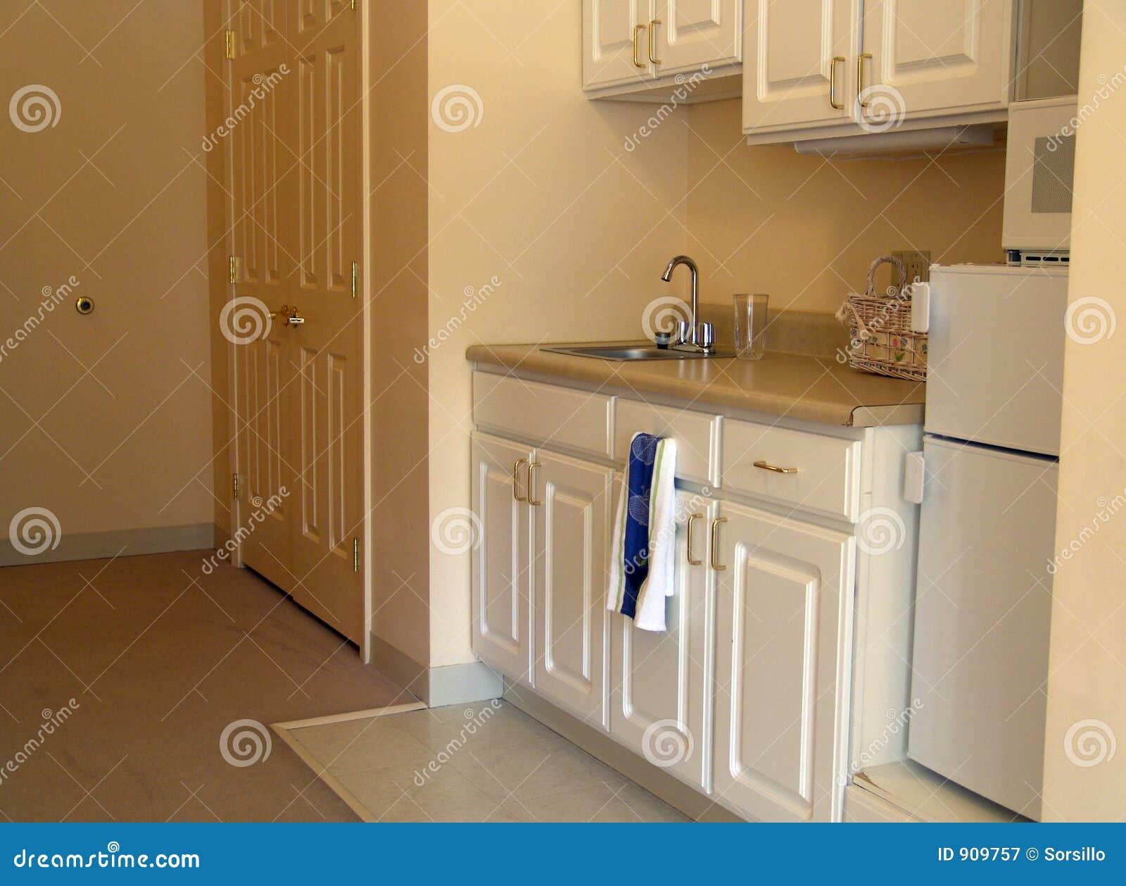 Kleine keuken in flat royalty vrije stock fotografie afbeelding 909757 - Kleine aangepaste keuken ...